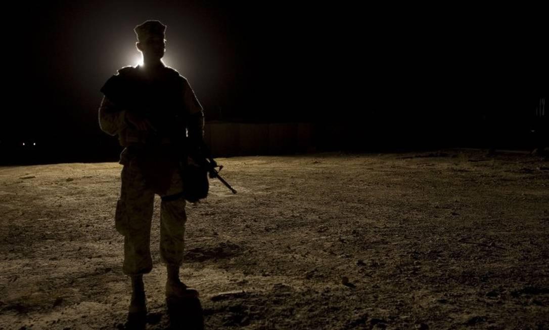 Um Marine americano vigia a base de Al-Asad, na província de Anbar, no Iraque, que foi atacada na madrugada desta quarta-feira (terça à noite no Brasil) Foto: JIM WATSON / AFP