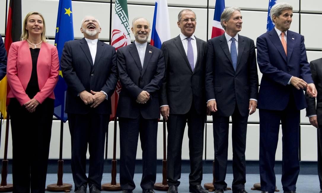 Representantes da União Europeia, do Irã, da Rússia, do Reino Unido e dos EUA anunciam acordo no qual o Irã aceita em reduzir suas atividades nucleares Foto: Joe Klamar (14/07/2015) / Pool via AP