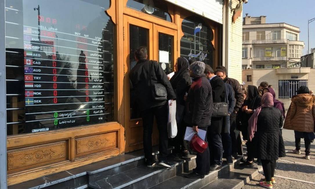 Moradores de Teerã fazem fila em uma casa de câmbio na capital iraniana para comprar moeda forte, temerosos de uma escalada de tensões Foto: Renato Machado