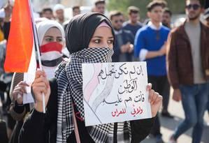 """Protesto estudantil na cidade de Basra pede a saída dos EUA e do Irã do Iraque. """"Se você não se importa com seu país, então você é um peso para ele. Minha lealdade é com o Iraque"""", diz o cartaz Foto: HUSSEIN FALEH / AFP"""