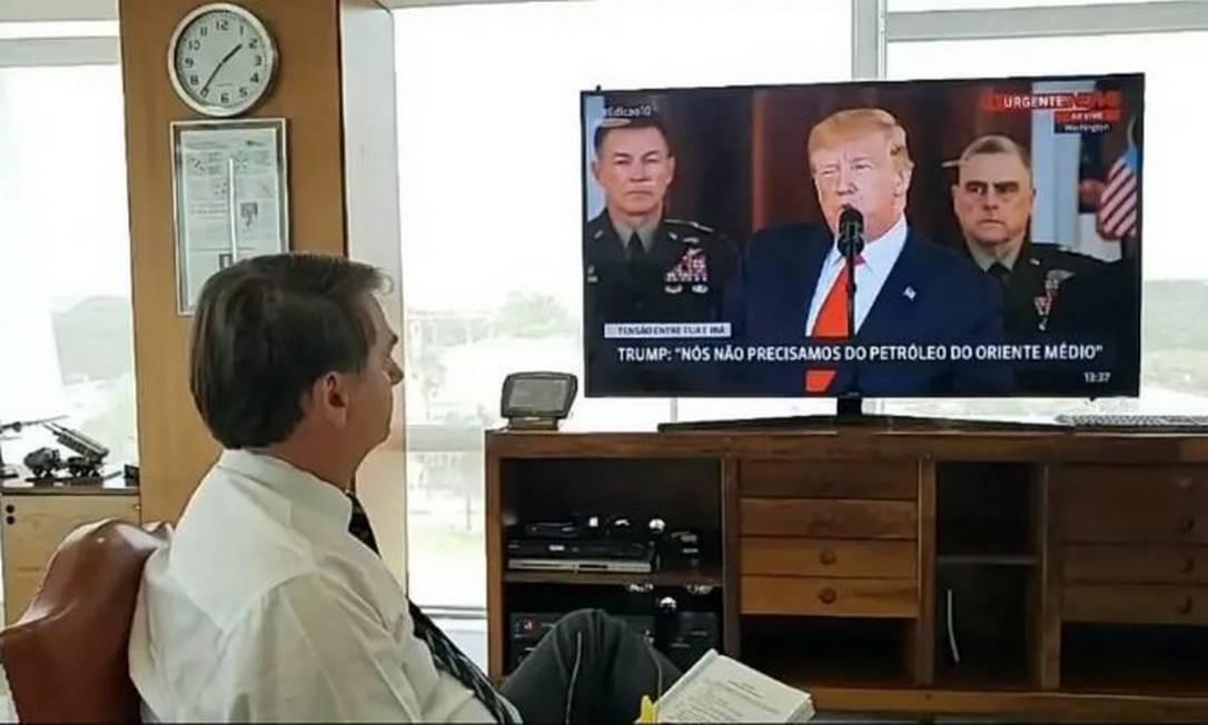 Bolsonaro transmite a si mesmo assistindo ao pronunciamento de Trump Foto: Reprodução