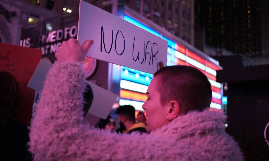 Manifestante em Nova York segura cartaz de protesto contra conflito entre EUA e Irã Foto: SPENCER PLATT / AFP