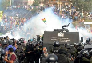 Confronto entre apoiadores do ex-presidente Evo Morales e a polícia de choque em La Paz, no dia 15 de novembro Foto: STR / AFP 15-11-19