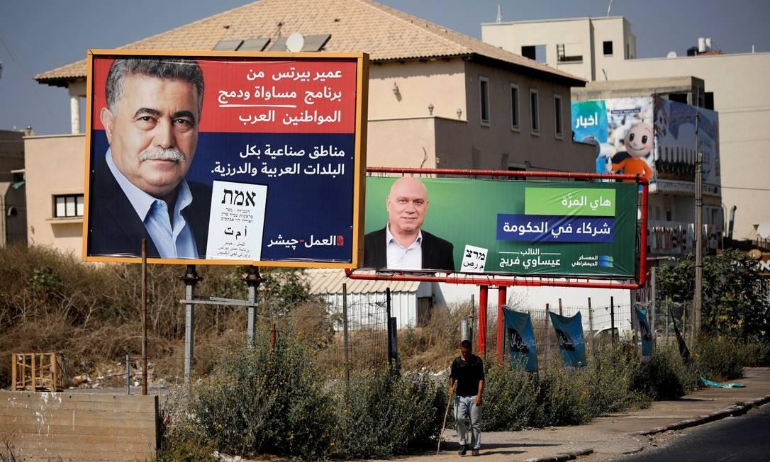 Um cartaz do Partido Trabalhista de Israel com o líder do partido Amir Peretz e a inscrição em árabe 'áreas industrias em todas as cidades árabes e drusas' Foto: AMIR COHEN / REUTERS