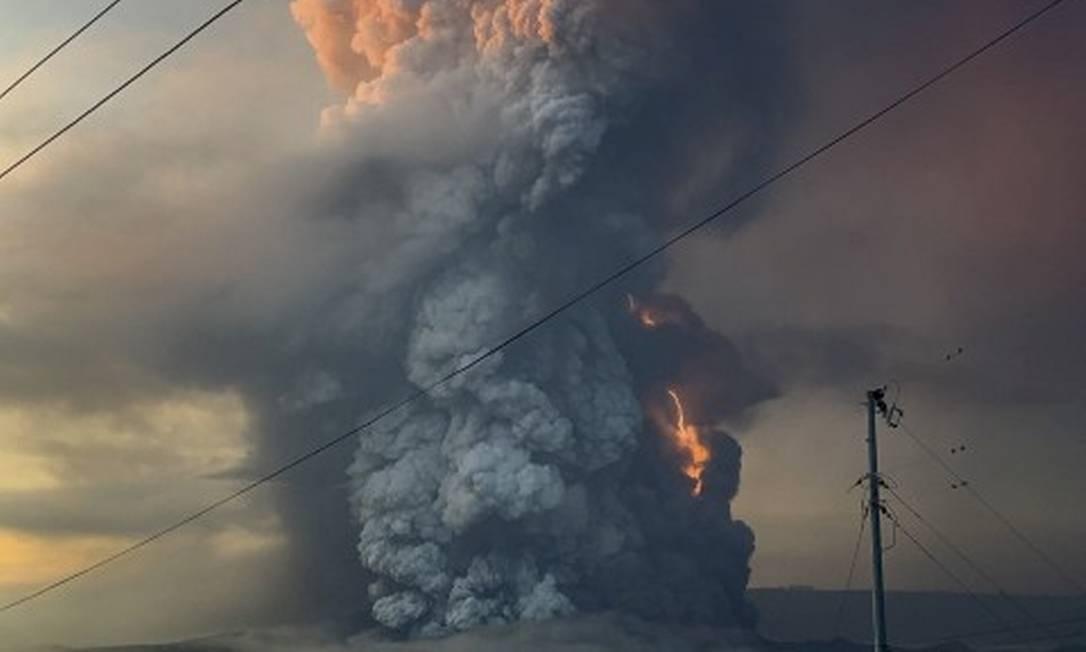 Raios são vistos em meio à explosão do vulcão Taal, nas Filipinas Foto: CHESLIE ANDAL / CHESLIE ANDAL via REUTERS