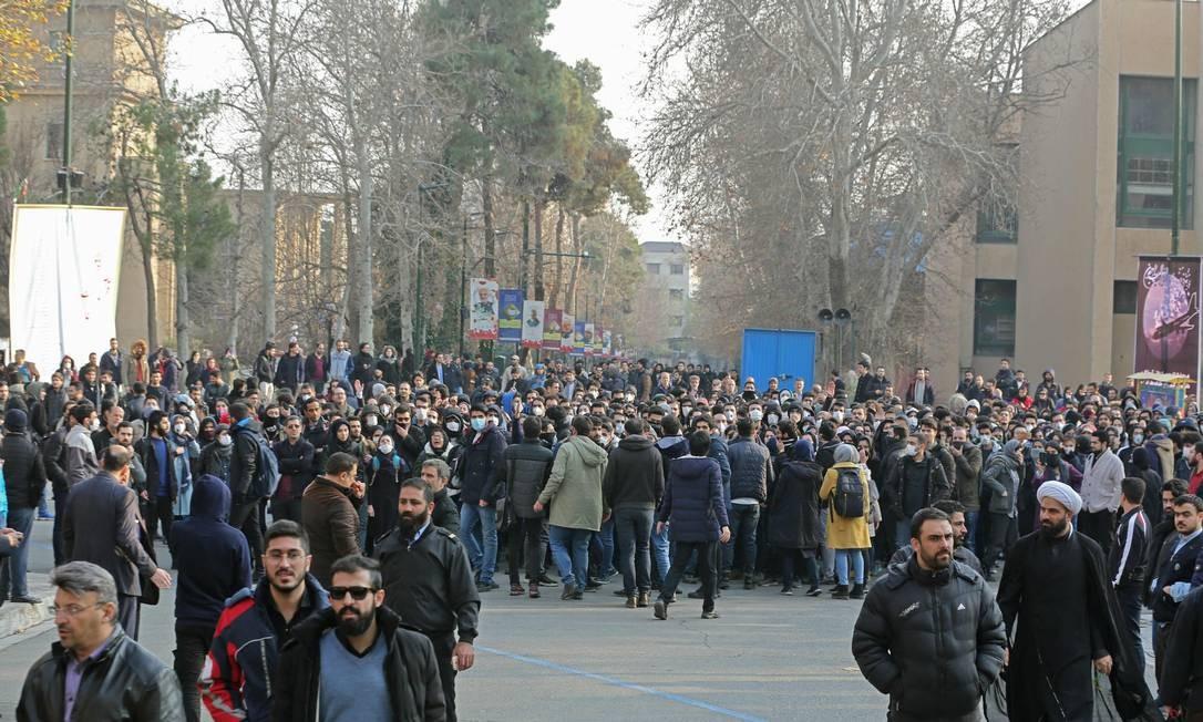 Estudantes fazem manifestação dentro da Universidade de Teerã, em protesto contra demora do governo em reconhecer que míssil derrubou avião ucraniano Foto: ATTA KENARE / AFP