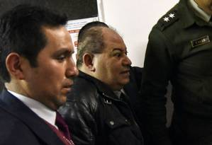 Ex-ministro de Morales, Carlos Romero é conduzido por policiais nesta segunda-feira em La Paz Foto: AIZAR RALDES / AFP