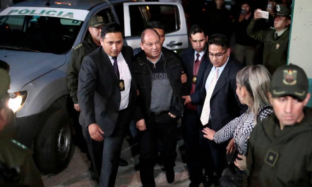 O ex-ministro de Governo da Bolívia, Carlos Romero, é conduzido por forças de segurança durante sua prisão na terça-feira Foto: Manuel Claure / REUTERS
