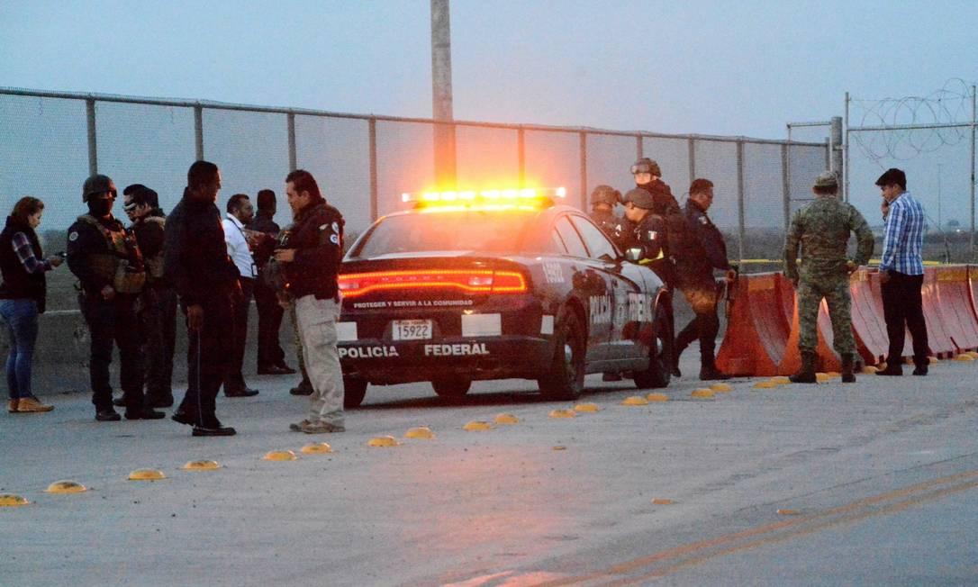 Policiais em uma ponte entre a cidade de Reynosa, no México, de Pharr, no Texas Foto: Stringer . / REUTERS 8-1-20