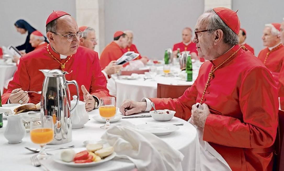 Ator chileno Luis Gnecco, que faz o brasileiro Cláudio Hummes, almoçando com Jonathan Pryce, que interpreta o Papa Francisco Foto: Peter Mountain / Reprodução