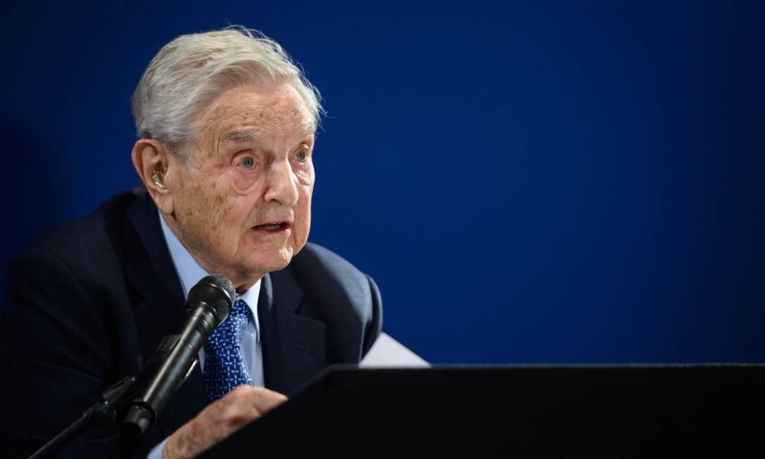 O financista e filantropo concede seu discurso em evento paralelo ao Fórum Econômico Mundial, em Davos Foto: FABRICE COFFRINI / AFP