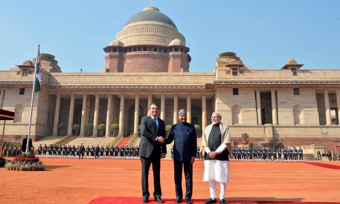 Bolsonaro com o president indiano, Ram Nath Kovind (no centro), e o premier Narendra Modi, no palácio presidencial em Déli Foto: Presidência da Índia / AFP