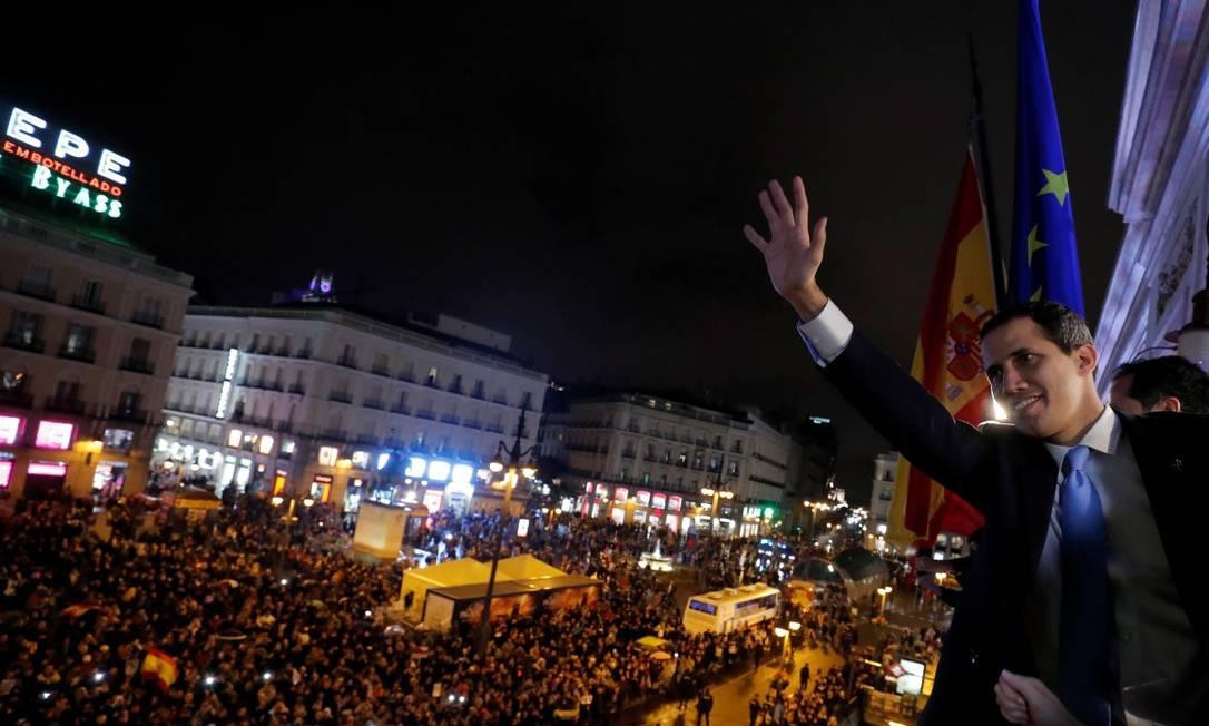 O líder da oposição da Venezuela, Juan Guaidó, diante de uma multidão que foi recebê-lo na praça Puerta del Sol, em Madri Foto: SUSANA VERA / REUTERS