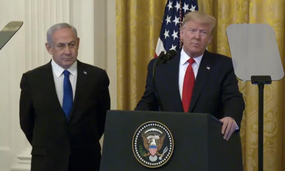 O premier israelense, Benjamin Netanyahu, e o presidente dos EUA, Donald Trump, apresentam o plano do republicano para a paz no Oriente Médio Foto: Reprodução/ Casa Branca
