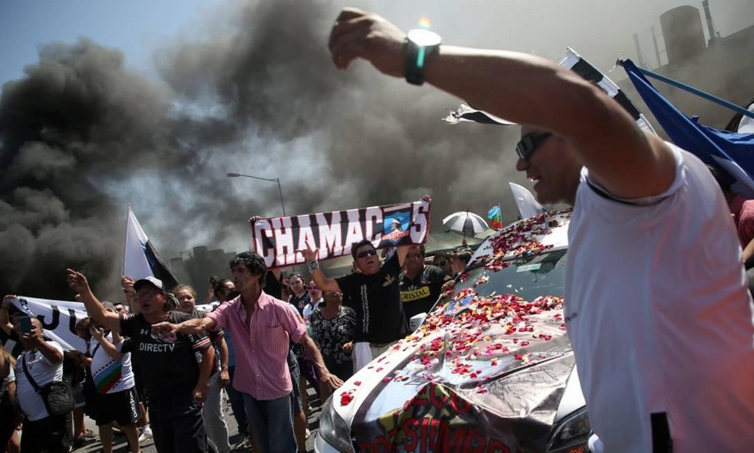 Amigos e familiares perto do carro com o caixão de Jorge Mora, torcedor do Colo Colo morto atropelado na região metropolitana de Santiago Foto: EDGARD GARRIDO / REUTERS