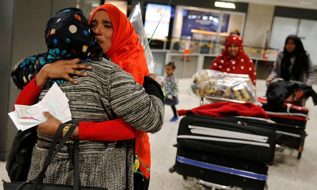 Najmia Abdishakur (segunda à esquerda), mulher somaliana cuja entrada nos EUA foi atrasada devido à proibição de viagens imposta pelo presidente dos EUA Foto: JONATHAN ERNST / Reuters