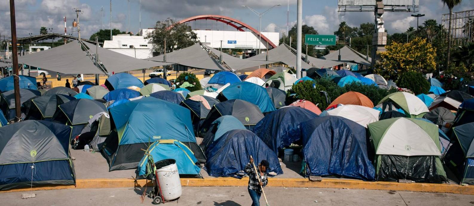 Acampamento improvisado de migrantes em Matamoros, no México Foto: ALYSSA SCHUKAR / NYT