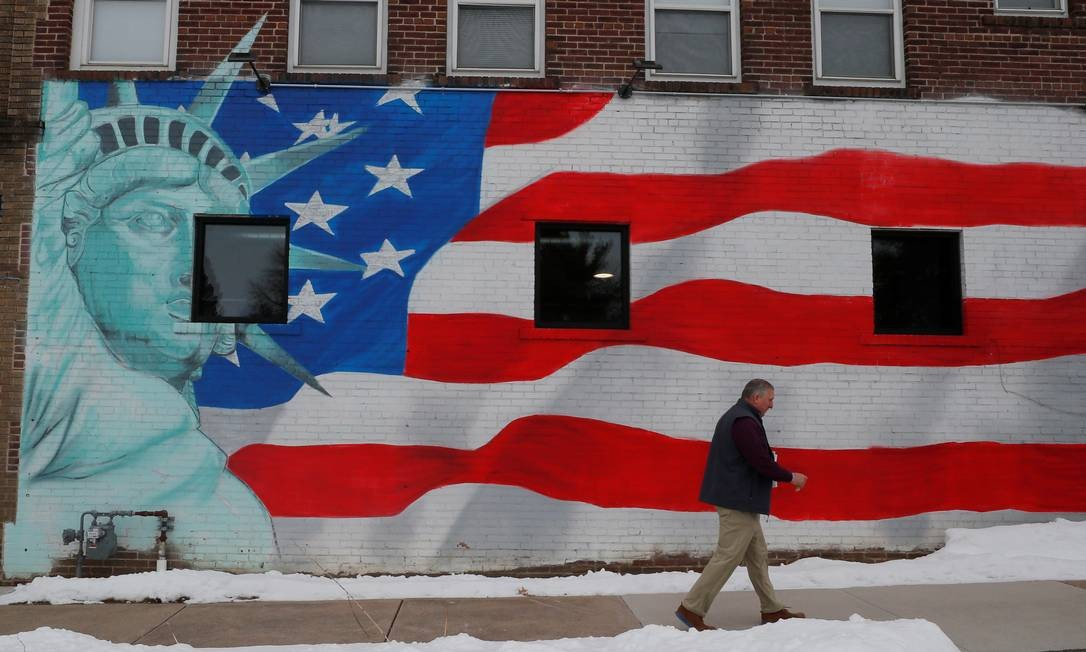 Mural no Lar de Veteranos de de Marshalltown, no estado de Iowa, que abre a disputa interna democrata nesta segunda Foto: BRIAN SNYDER / REUTERS