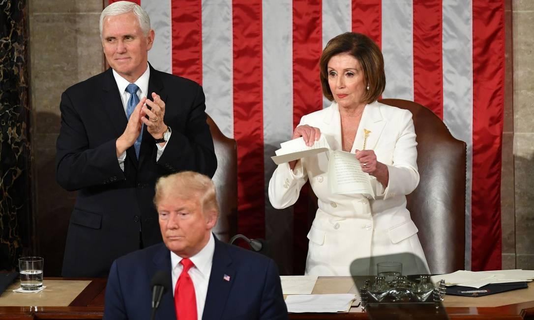 O vice-presidente dos EUA Mike Pence aplaude, enquanto Nancy Pelosi rasga uma cópia do discurso de Donald Trump durante o Estado da União Foto: MANDEL NGAN / AFP