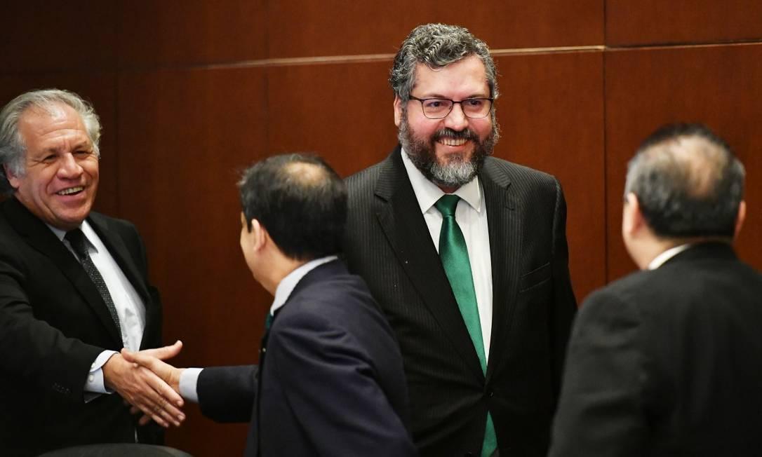 O ministro das Relações Exteriores do Brasil, Ernesto Araújo (direita) ao lado do secretário-geral da OEA, Luis Almagro Foto: MANDEL NGAN / AFP