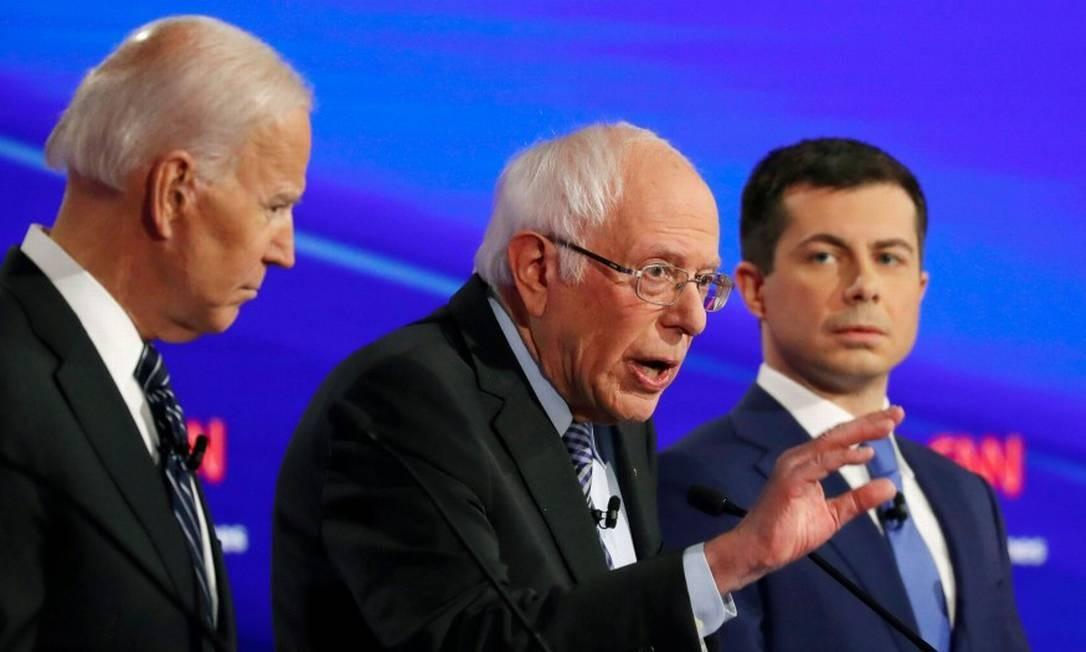 Os então pré-candidatos democratas Joe Biden, Bernie Sanders e Pete Buttigieg, durante debate em Iowa Foto: Shannon Stapleton / REUTERS 14-1-20