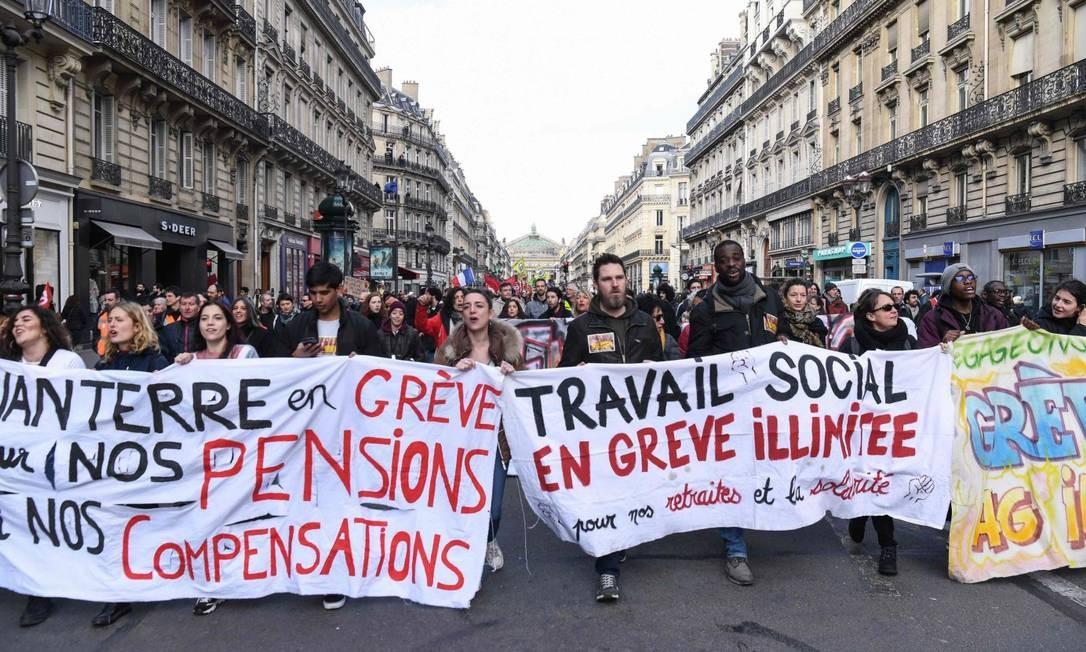 Manifestantes participam de ato em Paris contra a Reforma da Previdência, que Macron espera aprovar até o verão europeu Foto: ALAIN JOCARD / AFP 17-2-20