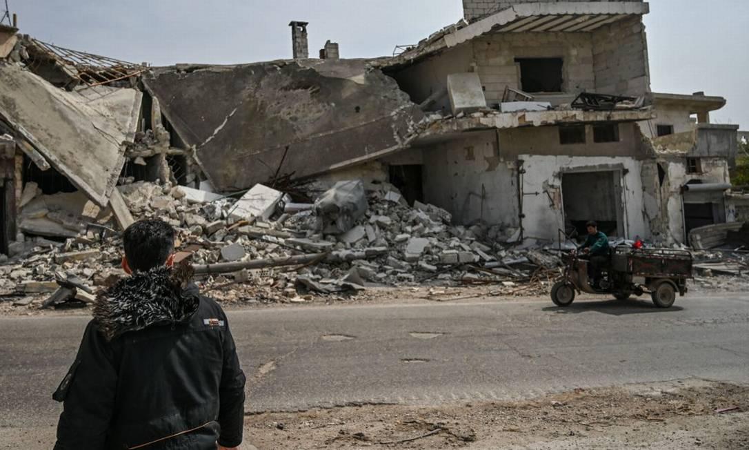 Um homem olha para uma casa destruída na cidade de al-Mastuma, a 7 quilômetros de Idlib Foto: OZAN KOSE / AFP