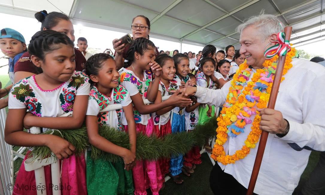 O presidente do México, Andrés Manuel López Obrador, toma seu 'banho de massa' no último domingo Foto: Presidência do México