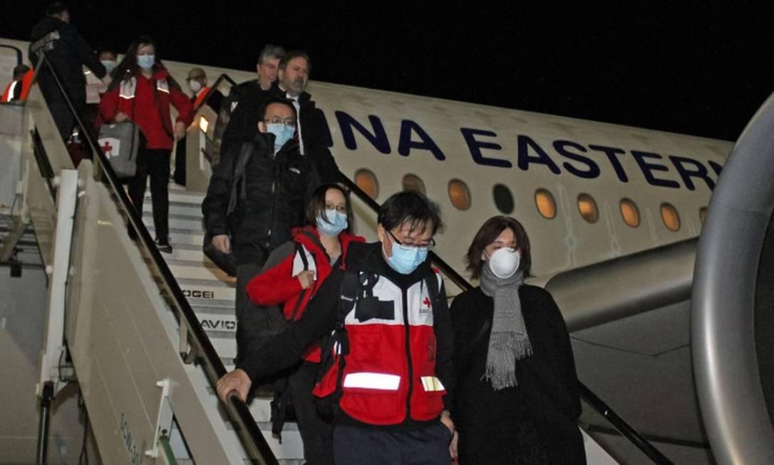 Médicos chineses desembarcam na Itália vindos de Xangai para ajudar a combater a epidemia de Covid-19 no país Foto: STRINGER / AFP