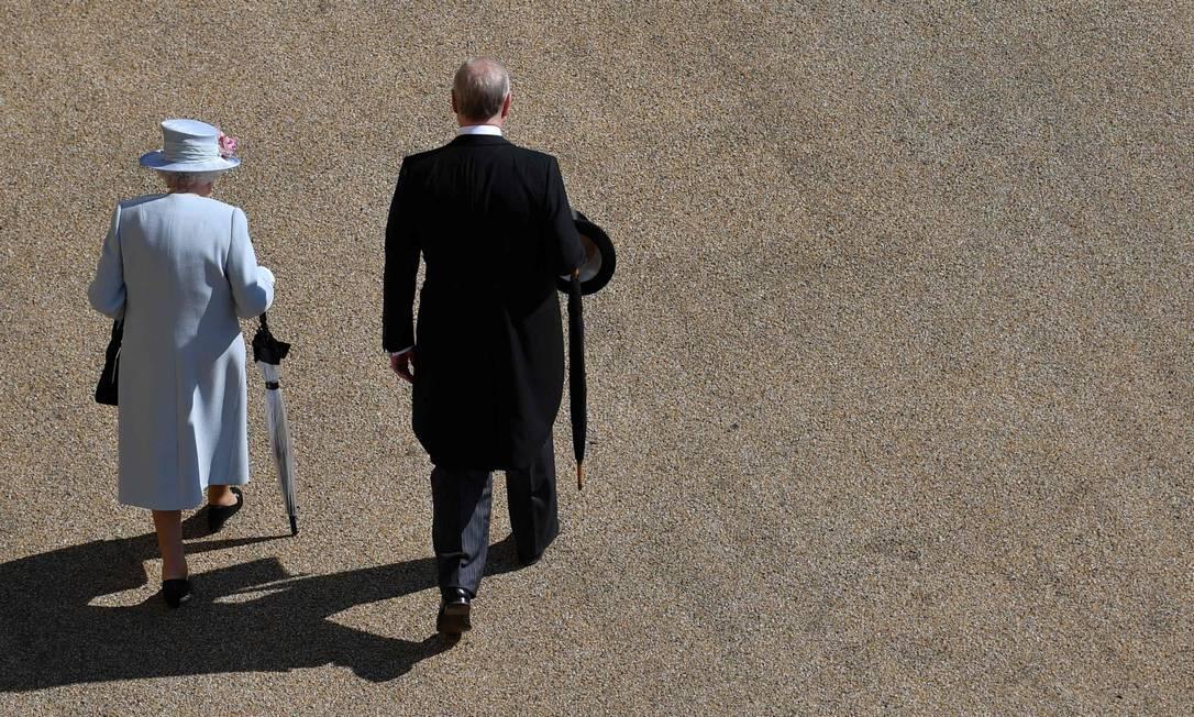 A rainha Elizabeth e o príncipe Andrew em uma Festa no jardim no ano passado Foto: Ben Stansall / AFP