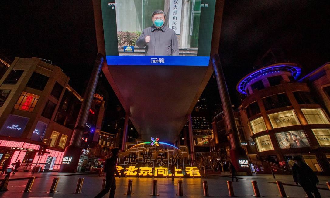 Uma televisão em Wuhan mostra uma mensagem do presidente chinês Xi Jinping Foto: THOMAS PETER / REUTERS