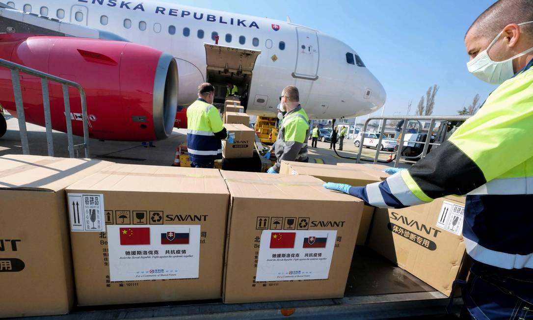 Avião com milhares de kits de teste contra o coronavírus chegam a Bratislava, na Eslováquia: crise pode fazer com que Brasil perca ajuda Foto: JOE KLAMAR / AFP