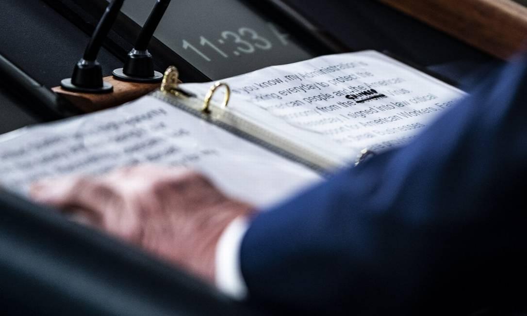 """Um close up de notas para um discurso de Donald Trump mostra que ele riscou a palavra """"corona"""" e escreveu """"chinês"""" Foto: Jabin Botsford/ The Washington Post"""