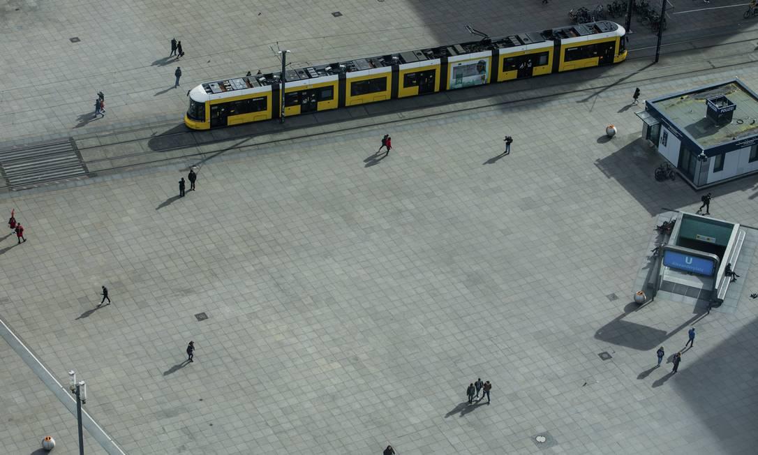 A vazia Alexanderplatz, em Berlim, em tempos de coronavírus. Foto: Emile Ducke / NYT