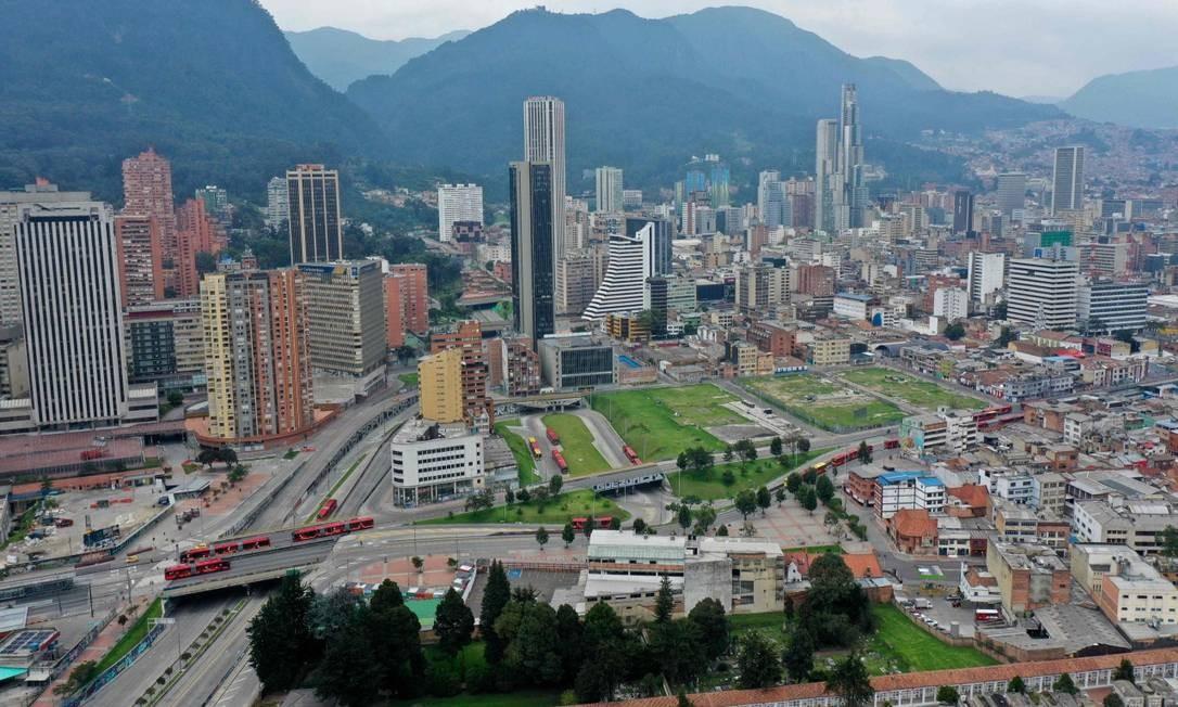 Visão aérea de avenidas desertas de Bogotá nesta segunda-feira Foto: RAUL ARBOLEDA / AFP