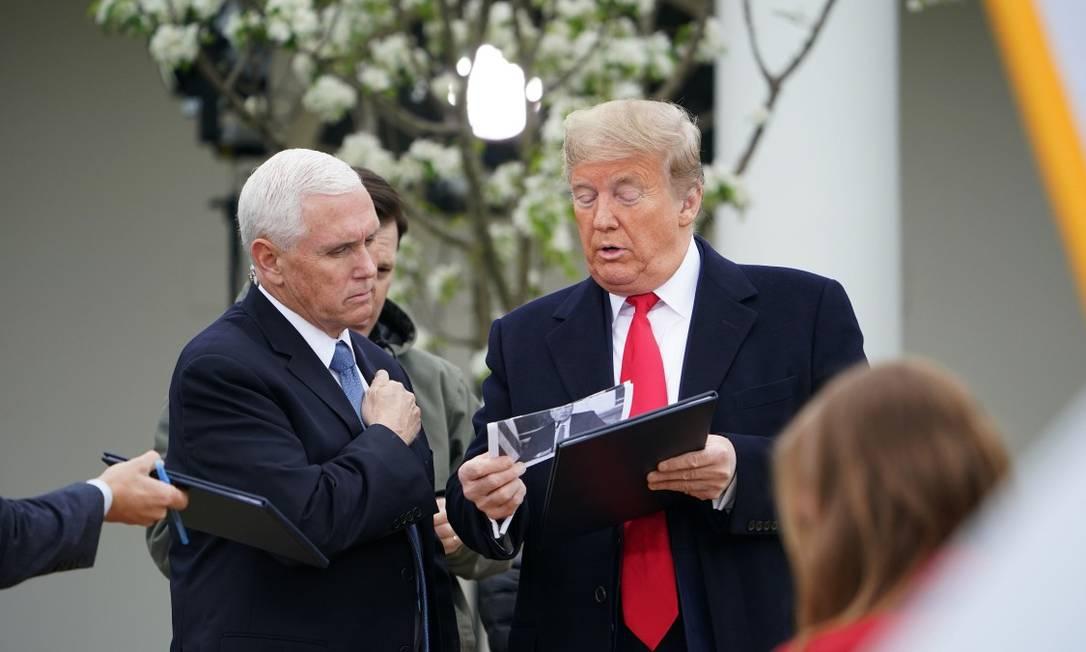 O presidente dos EUA, Donald Trump, e seu vice, Mike Pence, durante conversa com a Fox News nesta terça-feira Foto: MANDEL NGAN / AFP