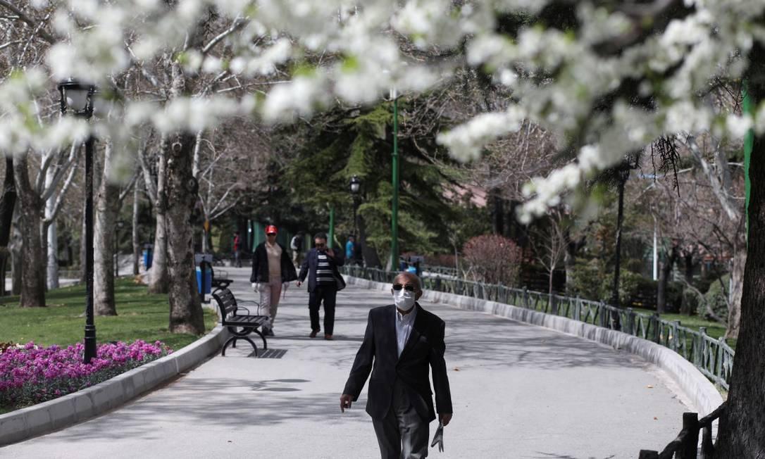 Homem usa máscara de proteção em parque de Teerã na terça-feira da semana passada Foto: Wana News Agency / VIA REUTERS