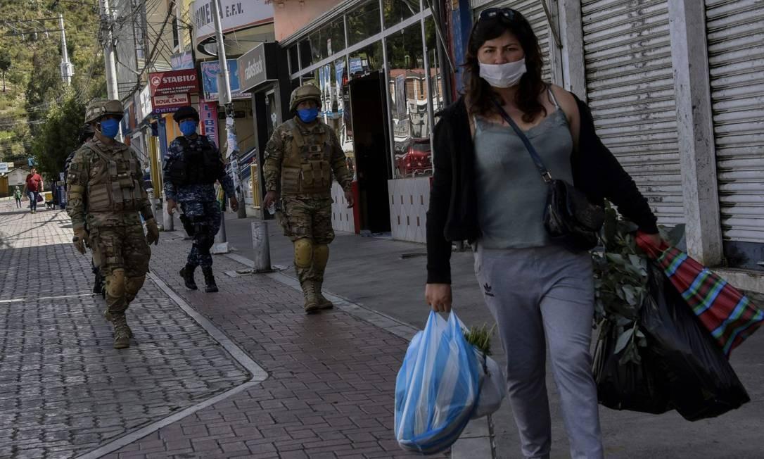 Militares patrulham rua de La Paz, que está em quarentena Foto: AIZAR RALDES / AFP