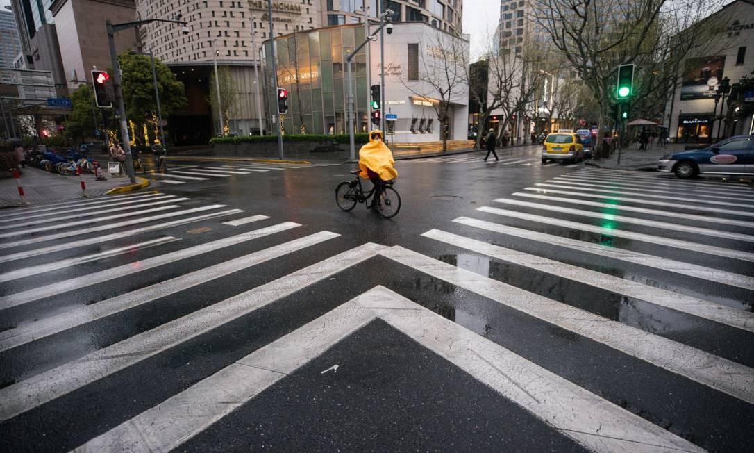Ruas vazias em Xangai: 48 novas infecções de segunda-feira, e uma morte, superam as 31 do dia anterior, revertendo quatro dias de queda. Foto: Yifan Ding / Getty Images