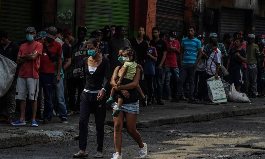 População em condição de rua aguarda para receber alimentos em Medellin Foto: JOAQUIN SARMIENTO / AFP