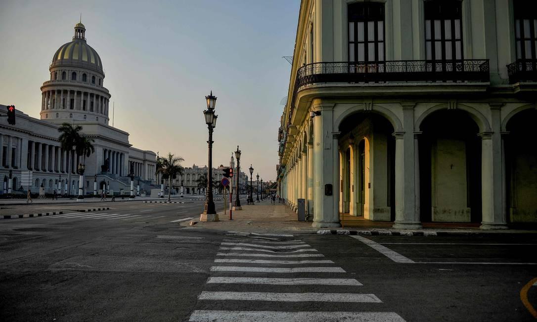 Ruas de Havana, em Cuba, seguem desertas Foto: YAMIL LAGE / AFP