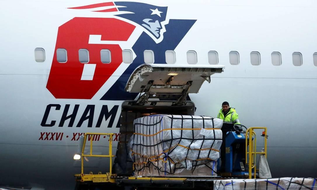 Avião do time de futebol americano The New England Patriots descarrega carga de máscaras compradas na China Foto: Maddie Meyer / AFP