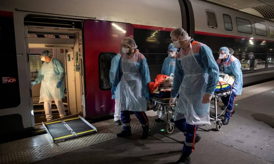 Médicos colocam paciente de Covid-19 a bordo de trem de alta velocidade para transportá-lo para região com vagas em hospitais Foto: POOL / via REUTERS