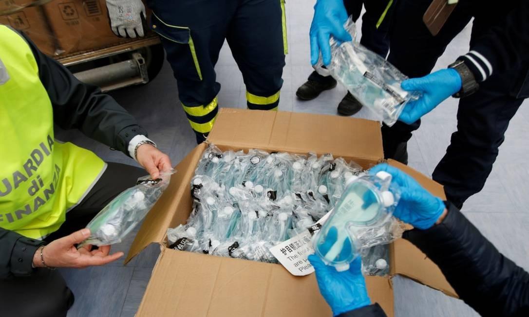 Óculos de vigilância chineses são verificados após chegarem de avião a um aeroporto Foto: ALESSANDRO GAROFALO / REUTERS