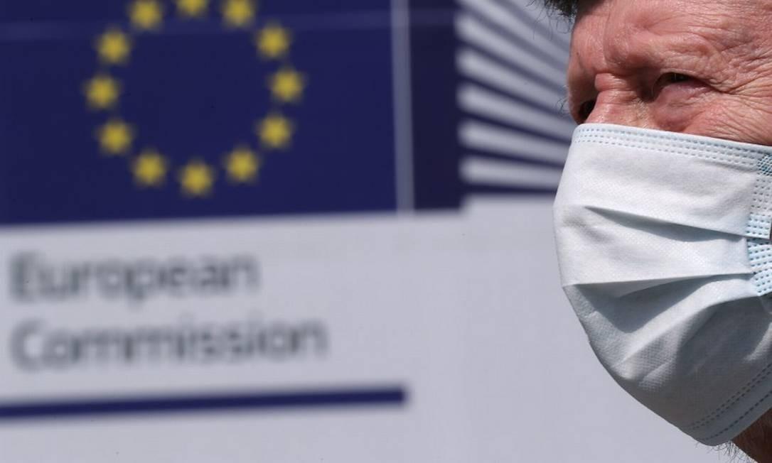 Homem de máscara passa em frente à sede da Comissão Europeia em Bruxelas Foto: YVES HERMAN / REUTERS
