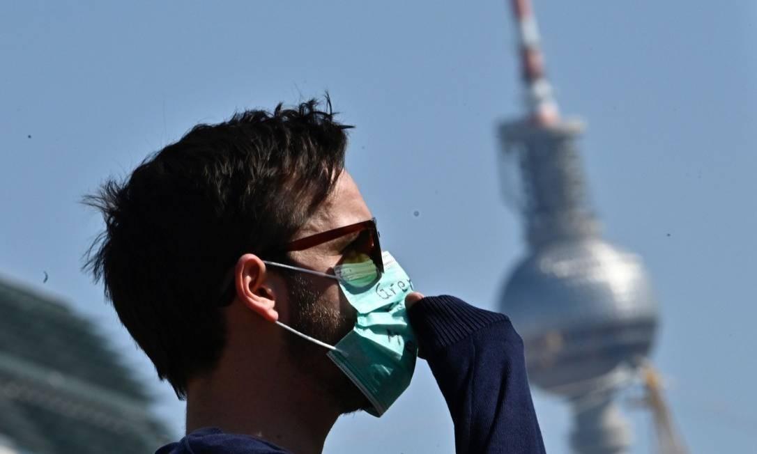 Um homem usa uma máscara durante um protesto para migrantes também serem atendidos em frene à Torre de TV de Berlim Foto: TOBIAS SCHWARZ / AFP
