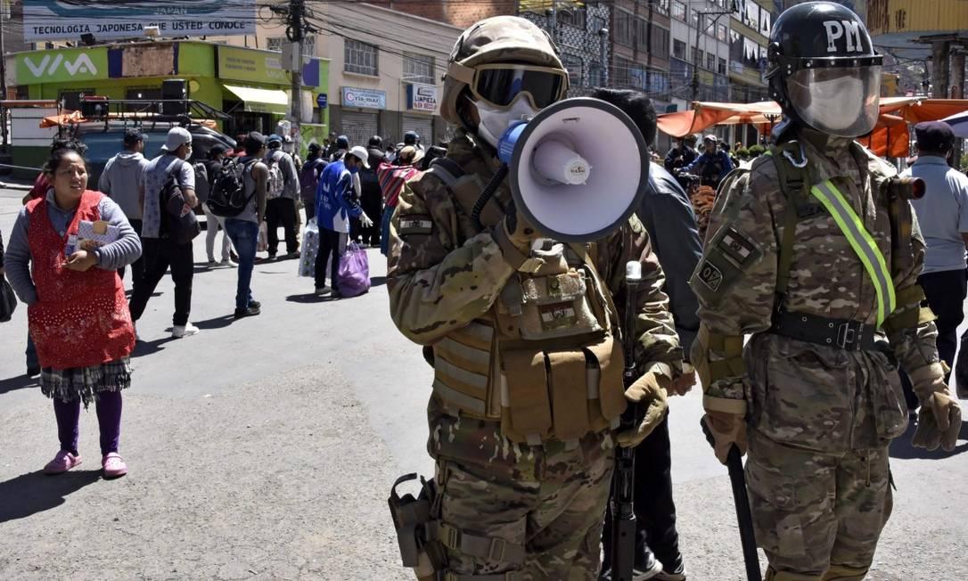 Um militar usa um megafone para mandar as pessoas para casa em El Alto, perto de La Paz Foto: AIZAR RALDES / AFP