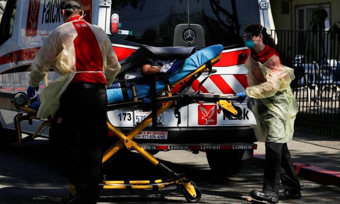 Uma equipe médica transporta um paciente na Califórnia Foto: STEPHEN LAM / REUTERS