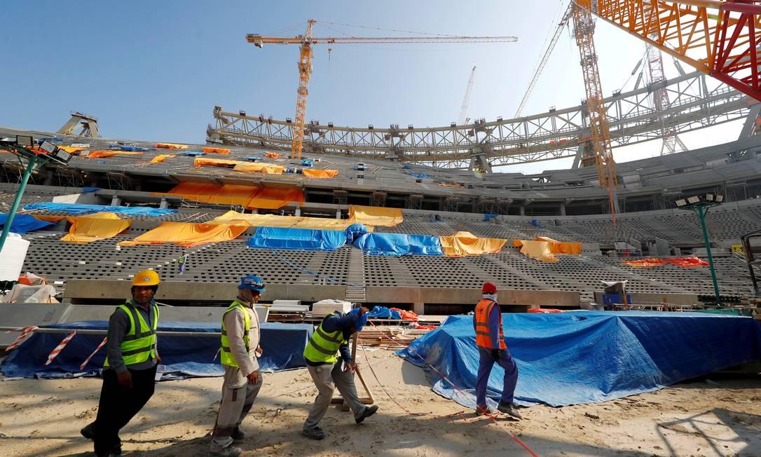 Trabalhadores em ação no Estádio Lusail, em Doha, para a Copa do Mundo de 2022. Foto: Kai Pfaffenbach / REUTERS