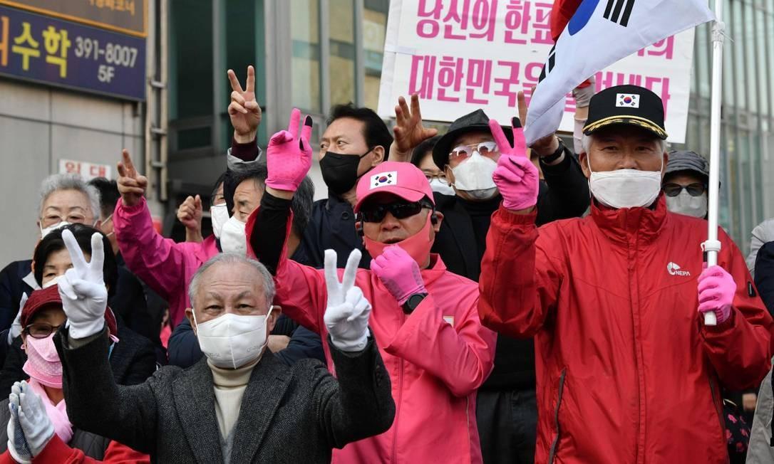 Apoiadores da oposição fazem campanha usando máscara em Seul Foto: JUNG YEON-JE / AFP